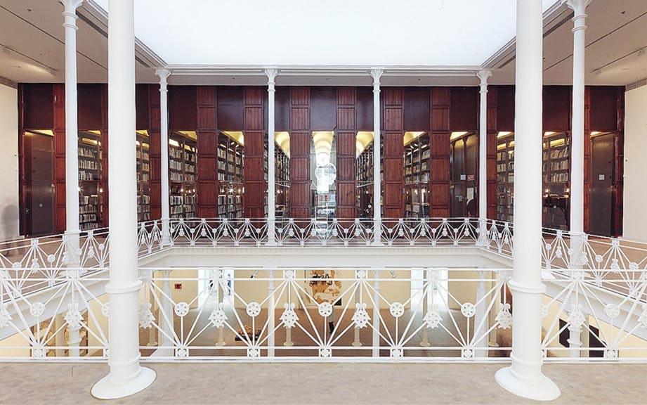 Библиотека в здании фонда Антони Тапиеса в Барселоне